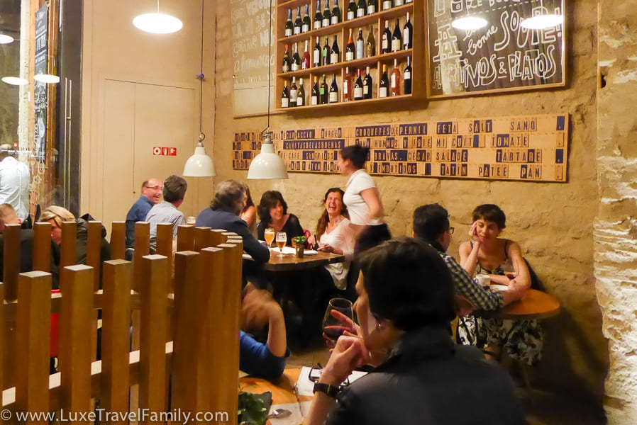 Le Bouchon bistro at the Mercer Hotel Barcelona full of people enjoying drinks and tapas.